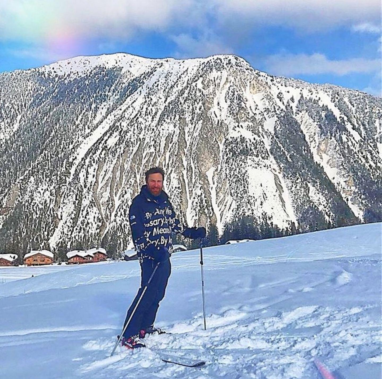Star-DJ David Guetta verbringt gerade ein bisschen Auszeit in den französischen Alpen, ehe der ereignisreiche Festivalsommer bevorsteht. Mit roten Bäckchen gezeichnet, teilt er dieses Bild mit seinen Instagram-Fans.