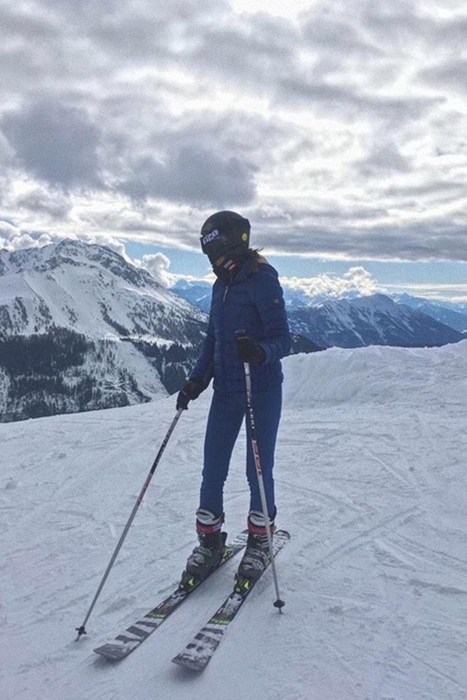 """Na, erkennen Sie diese deutsche Soap-Schönheit? Es ist niemand Geringeres als der """"GZSZ""""-Star Janina Uhse, die gerade im verschneiten Tirol die Skipisten unsicher macht."""