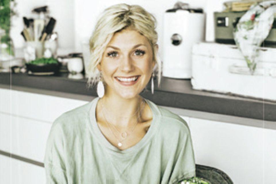 """Die Foodbloggerin Nadia Damaso hat von ihrer kulinarischen Reise um die Welt über 70 gesunde Rezepte mitgebracht, die von Aromen, Gewürzen und Farben inspiriert sind. (""""Eat Better Not Less – Around the World"""", AT Verlag, 320 S., 29,90 Euro)"""