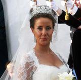 Zum ersten Mal trägt Prinzessin Marie ein Diadem an ihrem Hochzeittag 2008 - ganz klassisch. Das Schmuckstück mit den floralen Motiven stammt aus Familienbesitz von Königin Margrethe, der Schwiegermutter. Es soll aber nur eine (dauerhafte) Leihgabe an Marie sein und kein Hochzeitsgeschenk.  Wohl gewählt ist das Diadem dennoch, denn zuvor war es wenig getragen worden und schon gar nicht von Prinz Joachims erster Frau Alexandra - das wäre ein royaler Schmuck-Fauxpas erster Güte gewesen.