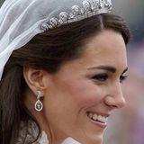 Als Catherine Middleton am 29. April 2011 Prinz William das Jawort gibt, ist das auch ihre Diadem-Premiere. Das Halo-Diadem von Cartier wurde 1936 entworfen und besteht aus Diamanten und einer Platin-Fassung. Es war ein Geschenk des späteren George VI. an seine Frau Elizabeth (Queen Mum). Als die heutige Queen 18 wurde bekam sie das filigrane Schmuckstück von ihren Eltern geschenkt, trug es aber selbst höchst selten. Dafür verlieh sie es großzügig an ihre Schwester Margaret und ihre Tochter Anne.