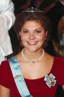 Und weil es so schön war mit Diadem, trägt es Victoria im Dezember 1995 zum Nobelpreis-Dinner gleich noch einmal.