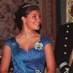 Was schenken royale Eltern ihrer Tochter zum 18. Geburtstag? Ein Diadem. Im Fall von Prinzessin Victoria ist es ein sehr zartes Schmuckstück aus kleinen Saphiren und Diamanten, das sie im Juli 1995 bekommt. Ihr Diadem-Debüt muss noch ein bisschen warten: Der erste Anlass, für den die Kronprinzessin den neuen royalen Schmuck tragen kann, ist im September des selben Jahres bei einem Staatsbesuch.