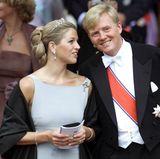 Máxima Zorreguieta, die Verlobte von Prinz Willem-Alexander, darf schon vor ihrer Hochzeit ins königliche Schmuckkästchen greifen und gibt ihr Diadem-Debüt im August 2001 auf der Hochzeit von Prinz Haakon in Norwegen. Ihre eigene Hochzeit ist erst etliche Monate später, am 2. Februar 2002.  Die Wahl, die sie getroffen hat für den Anlass, ist dezent und doch hochkarätig: Die Tiara mit den Perlen und Diamanten ist dezent genug, um nicht zu sehr aufzufallen im Haar der Noch-Nicht-Prinzessin.