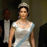 Mary Donaldson trägt noch nicht den Titel einer Prinzessin von Dänemark, als man sie zum ersten Mal mit einem Diadem sieht. Wenige Tage vor ihrer Hochzeit 2004präsentiert sie ein Geschenk ihrer künftigen Mannes.