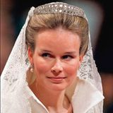 Das erste Diadem, das Prinzessin Mathilde am 4. Dezember 1999 trägt, ist ihr Hochzeitsdiadem. Es ist eine Leihgabe ihrer Schwiegermutter, Königin Paola, und stammt aus dem Besitz der belgischen Königsfamilie.