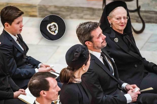 Immer wieder kurz zu sehen, eine Brosche aus Emaille mit Diamanten. Auch zur Trauerfeier von Prinz Richard zu Sayn-Wittgenstein-Berleburg 2017 trug Königin Margrethe sie.
