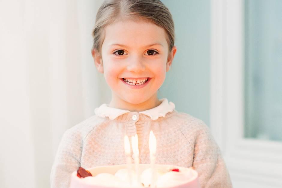 23. Februar 2018  Diese Torte kann sich doch sehen lassen: Prinzessin Estelle grinst über beide Ohren, während sie stolz den süßen Traum in die Kamera hält.