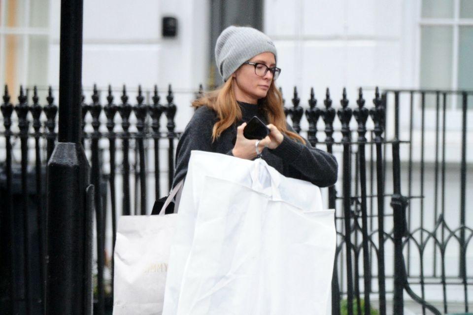 In diesen Kleidersäcken soll Millie Mackintosh Kleider für Meghans Brautjungern transportieren.