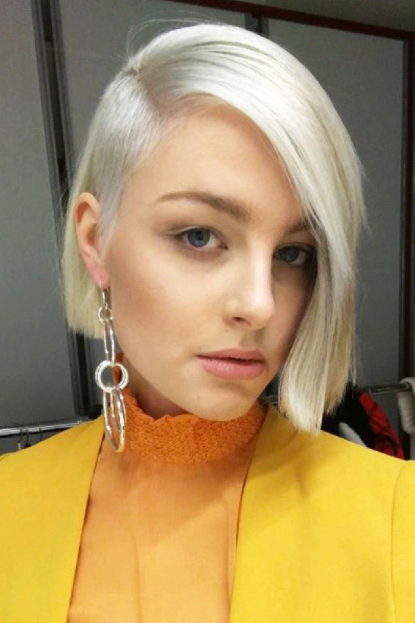 Auf Instagram präsentiert sich Maja nämlich mit wasserstoffblonden, noch kürzen Haaren und einem Sidecut. Für ein gelungenes Umstyling braucht sie Heidi also wohl nicht mehr und auch mit dem Modeln läuft es für Maja sehr gut.