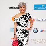 Birgit Schrowange zeigt uns im schwarz-weißen, floralen Kleid nicht die kalte Schulter.