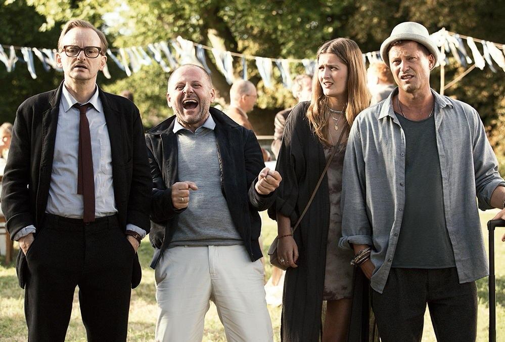 """In der Komödie """"Klassentreffen 1.0"""" (ab Herbst im Kino) spielt Lilli Schweiger neben Milan Peschel, Samuel Finzi und ihrem Vater Til (v. l.) eine der weiblichen Hauptrollen"""