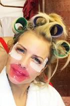 """""""Shooting Day"""", schreibt RTL-Moderatorin Jennifer Knäble zu diesem witzigen Schnappschuss mit ihrer Stylistin. Mit den Lockenwicklern im Haar und den Beauty-Masken im Gesicht hätten wir sie beinahe nicht erkannt."""