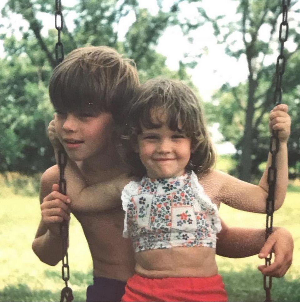 Hilary Swank  Sommer 1978- die damals 4-jährige Hilary Swank spielt mit ihrem älteren Bruder Dan im Garten. Das schelmische Lachen hat die Oscarpreisträgerin auch heute noch.