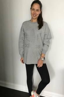 Ana Ivanovic liebt es sportlich - in zweierlei Hinsicht. Während ihrer Schwangerschaft bleibt sie nicht nur aktiv und macht Yoga, sondern kleidet sich auch noch in Activewear. Ganz casual im Logo-Sweater von Adidas und in schlichter Leggings ist sie auf dem Weg zum nächsten Kurs.