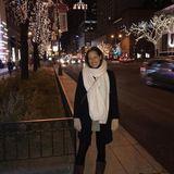 In Chicago herrscht bis Ende Februar Eiszeit. Grund genug, um zum kuscheligen XXL-Schal zu greifen. Ana kombiniert das helle Accessoire zu einem sonst schwarzen Outfit und sorgt so für ein Highlight.