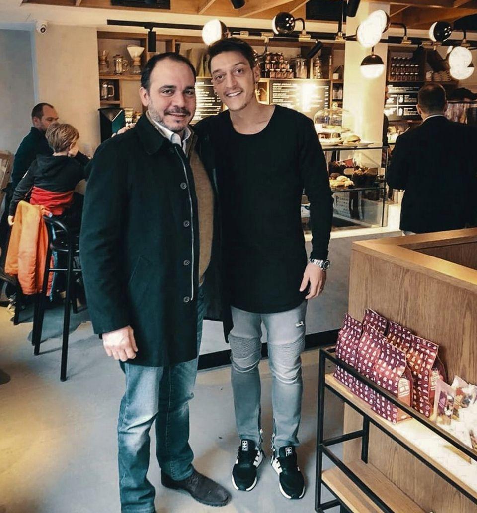 23. Februar 2018  Mesut Özil postet dieses Foto von sich und dem jordanischen Prinzen Ali bin al-Hussein, den der Fußballer zufällig in einem Londoner Coffe-Shop trifft.