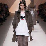 Kaia Gerber gehört auch zu Fendis Model-Clique und präsentiert die neue Kollektion.