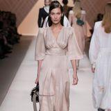 Bella Hadid ist DAS Model der Mailänder Fashion Week. Kaum eine Show findet ohne sie statt. So auch jene von Fendi.