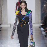 Unter anderem ist Kaia Gerber mit von der Partie bei Versace und zeigt ebenfalls die farbenfrohen Entwürfe, die sehr an die 80er-Jahre erinnern.