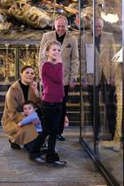 """24. Februar 2018  Kronprinzessin Victoria, die kleine Estelle und Söhnchen Oscar besuchen die Ausstellung """"Vivat Regina"""" in Stockholm. Estelle ist sichtlich begeistert von den Ausstellungsstücken."""