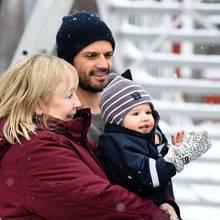 24. Februar 2018  Applaus, Applaus! Prinz Alexander ist ganz verzückt und klatscht fleißig in seine kleinen Hände, während seine Oma Marie Hellqvist ihn auf dem Arm hält. Wem der Einjährige so zujubelt? Seiner Mama, Prinzessin Sofia.
