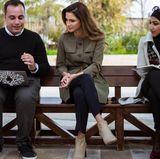 """Königin Rania setzt sich für """"I Learn"""" ein und stattet der Organisation Ende Februar einen Besuch ab. Sie """"drückt die Schulbank"""" in einem khakifarbenen Trenchcoat und knöchelhohen Stiefeln und hat dafür glatt Bestnoten verdient."""