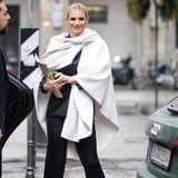 Während der Fashion Week in Mailand ist Michelle Hunziker in einem eleganten Hosenanzug unterwegs, den sie durch einen hellen Poncho auflockert.