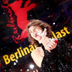 Die polnische Filmregisseurin Malgorzata Szumowska freut sich über den Jury-Preis und strahlt mit ihrem silbernen Bären um die Wette.