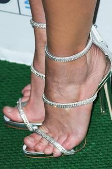 Zum Minikleid kombinierte Britney diese mit Steinchen besetzten Sandalen. Wirklich ihre Größe war dieses Modell wohl nicht, da ihre Füße deutlich überstehen. Aber nicht nur bei den Schuhen wählte sie die falsche Größe. Im Laufe des Abends wechselte sie ihr Outfit und trug ein noch viel knapperes Kleid ...