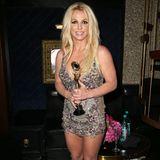 Britneys zweiter Look an diesem Abend geht kaum knapper! Das Kleid ist nicht nur kurz, sondern auch tief ausgeschnitten. Während die Sängerin ihren Preis entgegennimmt, lässt sie für einen Moment auch deutlich zu tief blicken.