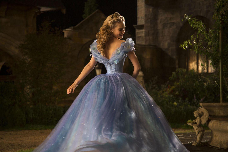 """Die extrem schlanke Taille von Schauspielerin Lilly James im Film """"Cinderella"""" sorgte 2015 für Diskussionen."""