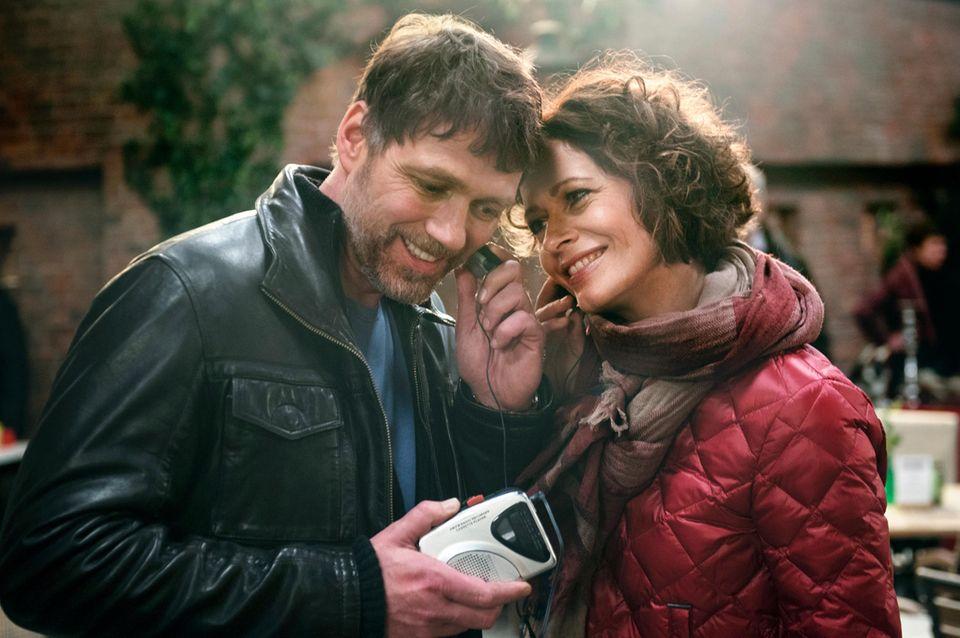 In Folge 1 von Staffel 15trifft Sonja (Madeleine Niesche, r.) auf dem Flohmarkt auf Tilmann (Björn Bugri, l.). Der erobert ihr Herz mit einem Blick ...