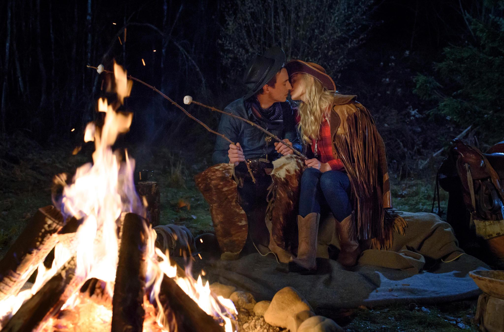 Lagerfeuer, Romantik - und ein Kuss! Alicia (Larissa Marolt) kann Viktor (Sebastian Fischer) nicht widerstehen. Das allerdings nur im Traum in Folge 2887