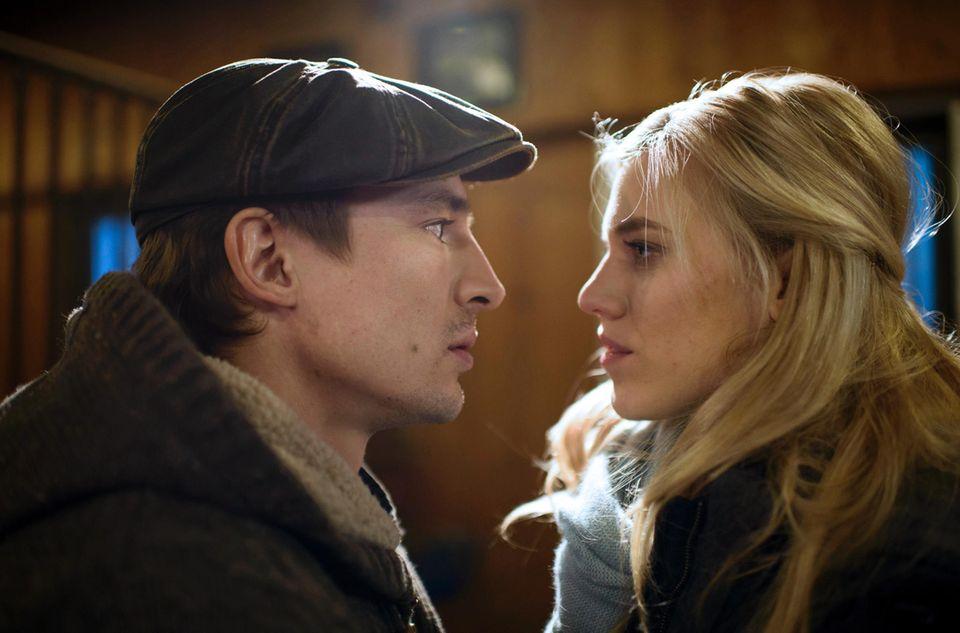 In Folge 2882 kommen sichViktor (Sebastian Fischer) und Alicia (Larissa Marolt, r.) sehr nahe