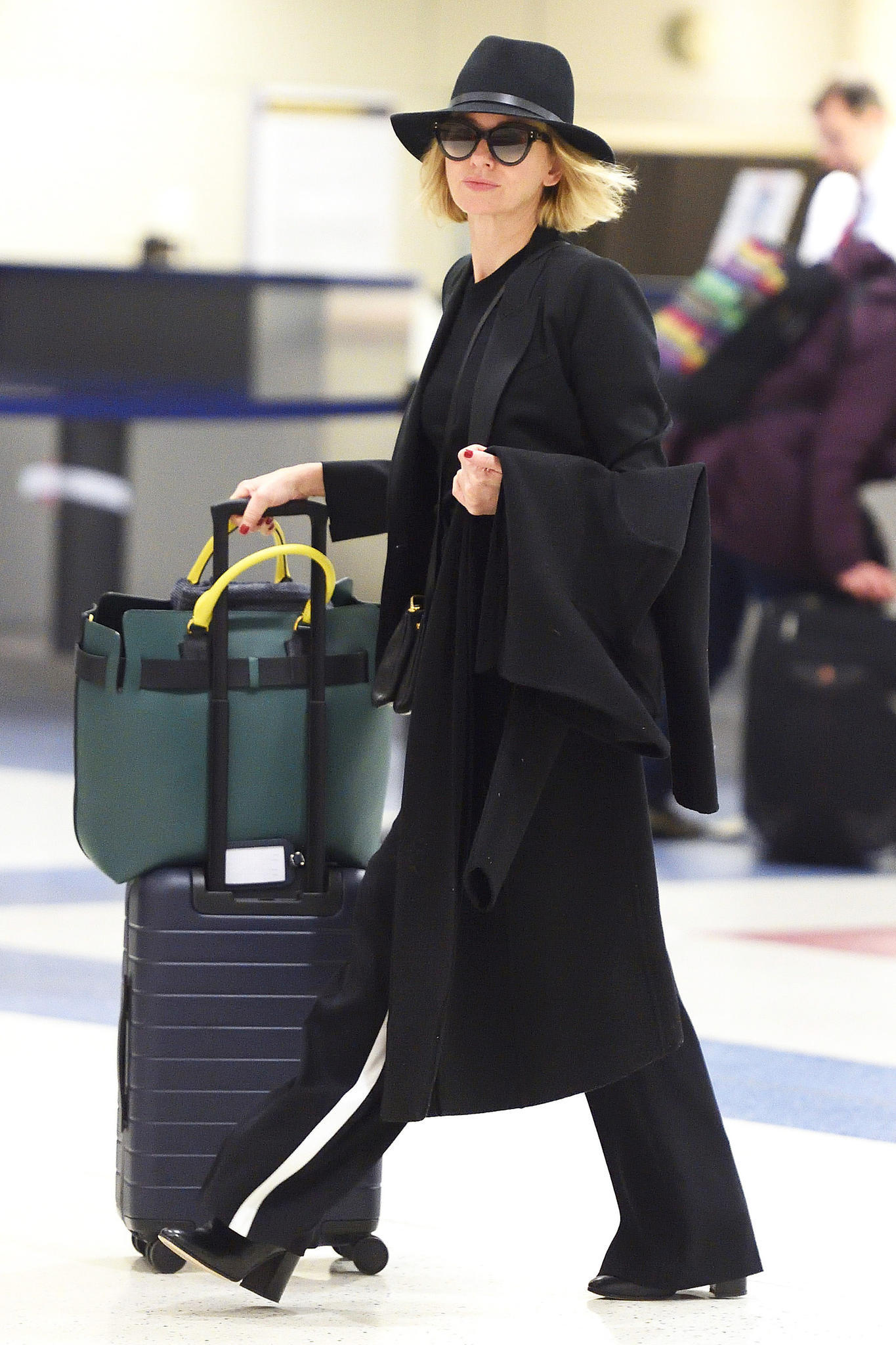 Auch mit Hut und großer Sonnenbrille kann sich Naomi Watts in diesem sportlich-eleganten Reise-Outfit nicht vor den Paparazzi am JFK-Airport in New York verstecken. Muss sie auch gar nicht, der Look steht ihr hervorragend.