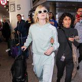 Richtig sportlich und farblich frisch zeigt sich Elle Fanning am LAX im mintgrünen Adidas-Anzug.