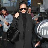 Kein Wunder, dass die Autogrammjäger hinter Chrissy Teigen her sind. Die sieht im schwarzen Mantel-Overknees-Outfit am Flughafen von L.A. nämlich richtig schick aus.