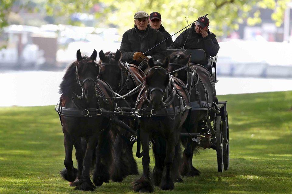 """Mit 95 Jahren hat Prinz Philip die Leinen noch souverän in der Hand, selbst wenn er wie hier vierspännig zur """"Royal Windsor Horse Show"""" 2017 fährt."""