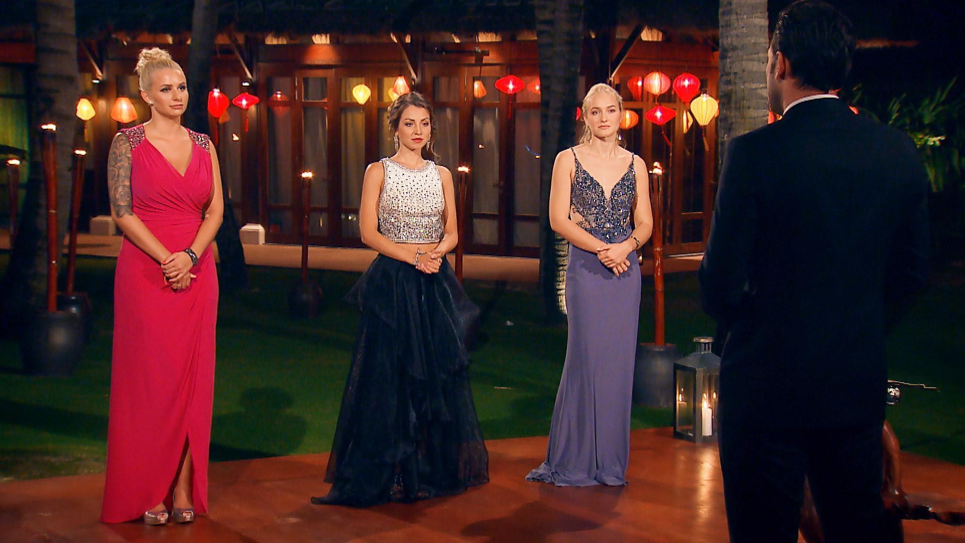 Carina, Kristina und Svenja (v.l.n.r.) bibbern in der vorletzten Nacht der Rosen, ob sie eine Runde weiterkommen