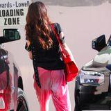 """Ein Look, wir von der top gestylten Erfolgsanwältin nicht kennen: In einer pinken Haremshose mit Batik-Optik und einem schwarzen T-Shirt schlendert Amal Clooney durch Los Angeles. Dazu kombiniert sie schwarze Ankle Boots mit auffälligem Absatz und eine knallrote Tasche. Ein Schnäppchen war ihr legeres Outfit dennoch nicht: Das schwarze Shirt von Marques'Almeida kostet 243 Euro, die rote """"Horizon""""-Tasche von Givenchy rund 1.800 Euro und die fast überall ausverkauften, extravaganten Boots von Burberry haben einen Preis von rund 725 Euro."""