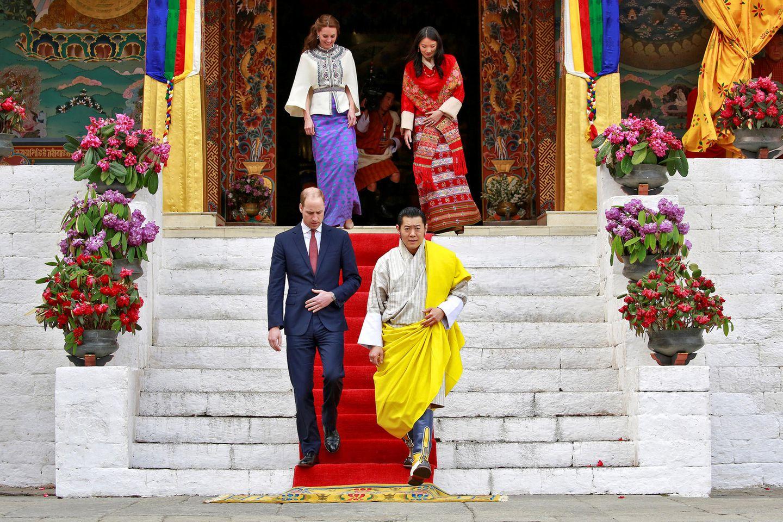 14. April 2016  Farbenfroher Empfang: Prinz William und Herzogin Catherine werden bei ihrem Besuch in Bhutan von König Jigme und Königin Jetsun herzlich begrüßt.