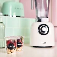 """Fruity Couture: Die Smoothies von Wholey sind """"maßgeschneidert"""". Die gefrorenen Früchte kommen perfekt aufeinander abgestimmt in recyclebare Bio-Kunststoffbecher und ergeben super leckere Rezepturen."""