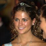 Genau wie ihre Schwester macht es Prinzessin Madeleine: Zum 18. Geburtstag im Juni 2000 bekommt sie von ihren Eltern das Diadem mit dem auffälligen Aquamarin geschenkt. Der erste Anlass, an dem sie das zarte Schmuckstück in Bandeau-Form tragen kann, ist die Nobelpreis-Verleihung im Dezember des selben Jahres.