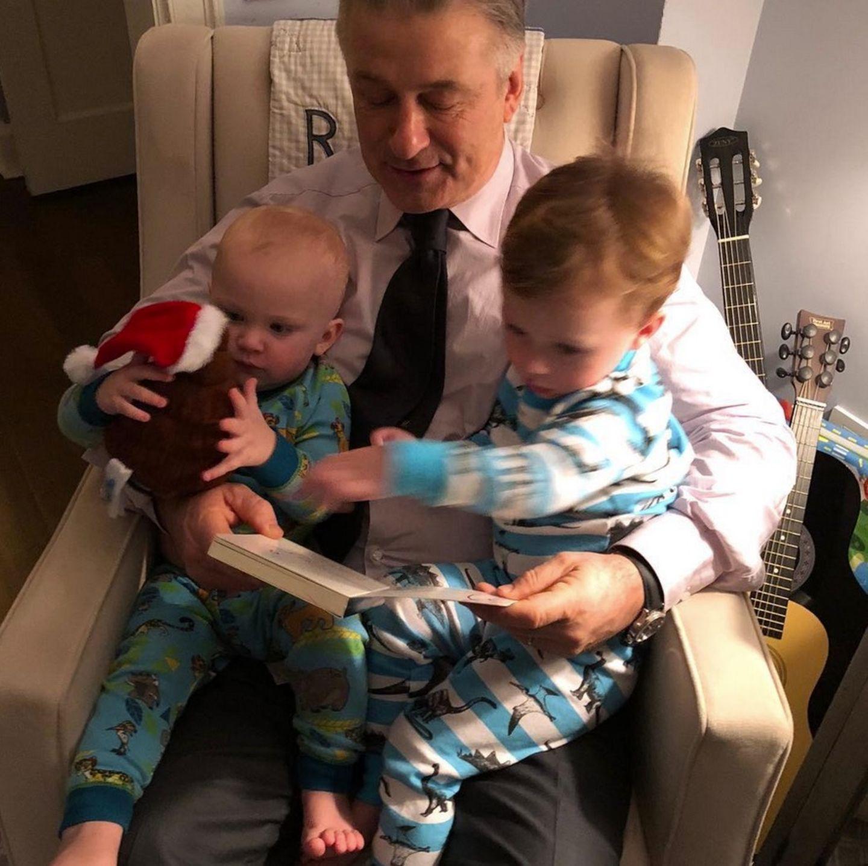 28. Februar 2018  Lesestunde ist angesagt im Hause Baldwin. Papa Alec hat es sich mit den beiden Söhnen Rafael und Leonardo gemütlich gemacht.