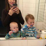 28. Februar 2018  Die kleinen Schlingel Rafael und Leonardo halten Mama Hilaria ganz schön auf Trapp. Heute ist Zähneputzen mitten in der Nacht angesagt. Hilaria siehts locker und macht den Spaß mit.
