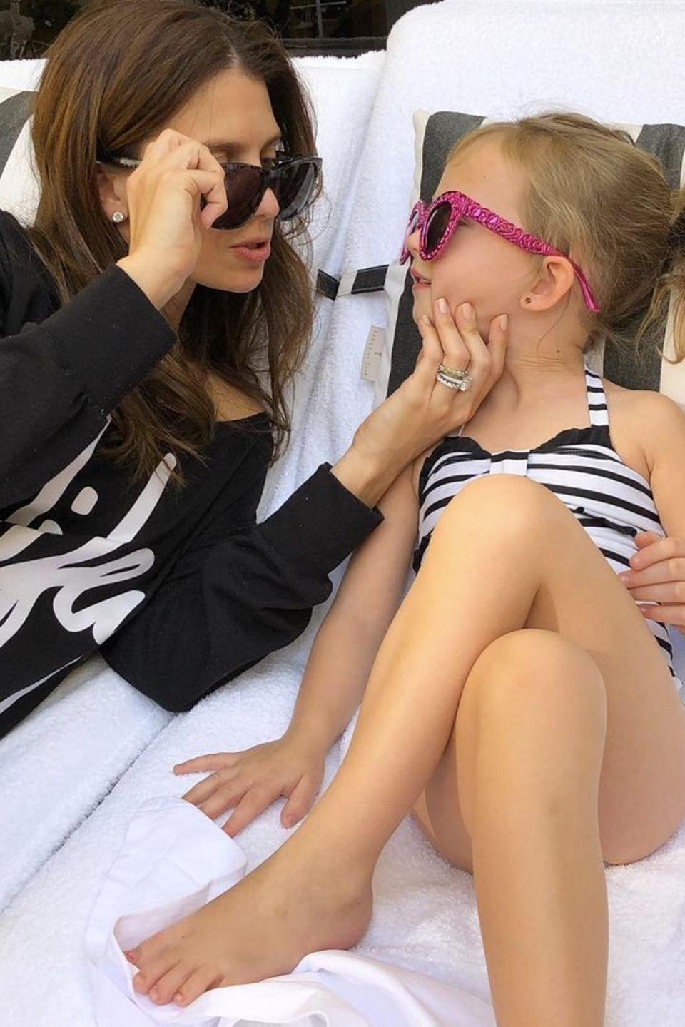 2. Februar 2018  Mama-Tochter Zeit ist angesagt. Hilaria genießt mit Töchterchen Carmen die Sonne in Los Angeles.