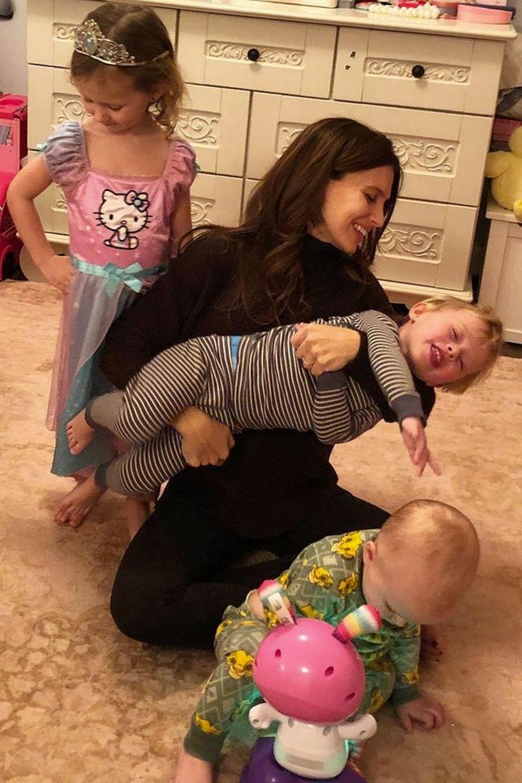 5. Januar 2018  Draußen schneit es und ist kalt, so hat Mama Hilaria Baldwin entschieden, den Tag mit den Kids drinnen zu verbringen.