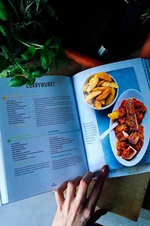Mein liebstes Rezept: definitiv die Currywurst!  Hier sieht man auch wunderbar, wie jedes Rezept aufgebaut ist. Es gibt jeweils drei unterschiedliche Mengenangaben, eine Anleitung und ein Foto des fertigen Gerichts.