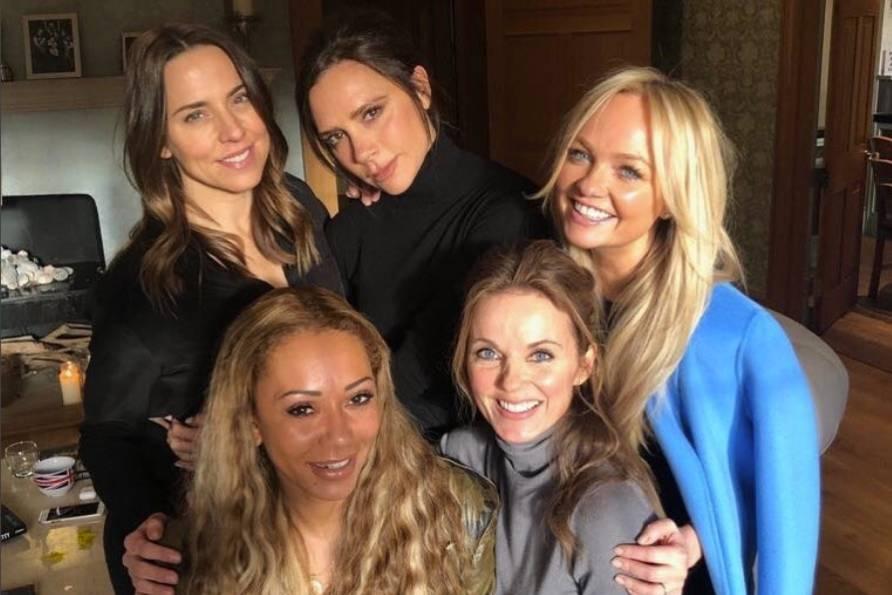 """Die Sensation überhaupt wäre wenn die Spice Girls aus der Hochzeit von Prinz Harry und Meghan Markle auftreten würden. Mel B bestätigt in der US Talkshow """"The Real"""", dass alle fünf Spice Girls zur Hochzeit eingeladen seien. Auf die Frage ob sie auftreten würden oder nicht, grinst die schöne Britin. Aös das Publikum klatscht, lacht Mel und sagt: """"Ich werde gefeuert!"""" Vielleicht eine Bestätigung?"""